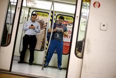 Pasajeros dentro de un vagón de metro en Santiago, sep 2, 2015. La empresa chilena de transporte de pasajeros Metro colocó el jueves bonos por el equivalente de 152 millones de dólares en el mercado local, recursos que usará para refinanciar pasivos, informó la compañía.  REUTERS/Ivan Alvarado