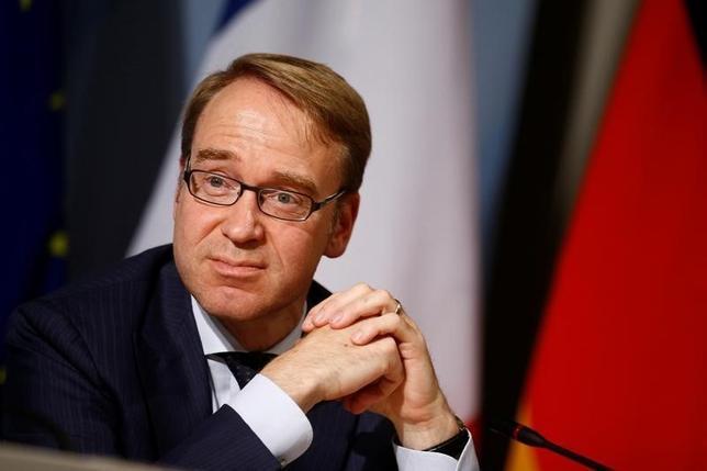 9月29日、ECB理事会メンバーのワイトマン独連銀総裁は、EUは条約に定められた財政規律を厳格に順守すべきとし、違反国への甘い対応をやめるべきとの考えを示した。写真は9月23日、ベルリンで記者会見する同総裁(2016年 ロイター/Axel Schmidt)