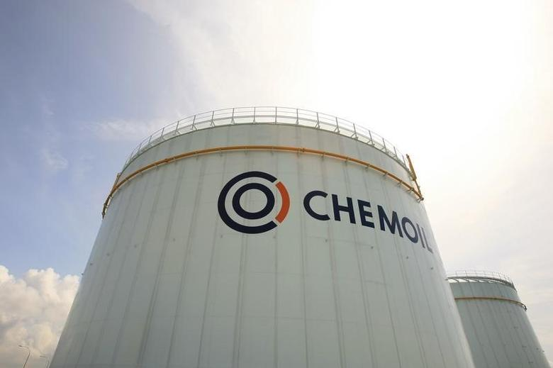 Oil storage tanks are seen at Chemoil's Helios terminal on Singapore's Jurong Island February 28, 2008. REUTERS/Tim Chong