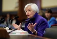Selon la présidente de la Réserve fédérale, Janet Yellen, l'institution américaine pourrait soutenir la croissance en cas de récession future si elle pouvait acheter des actions et des obligations d'entreprises. /Photo prise le 28 septembre 2016/REUTERS/Joshua Roberts
