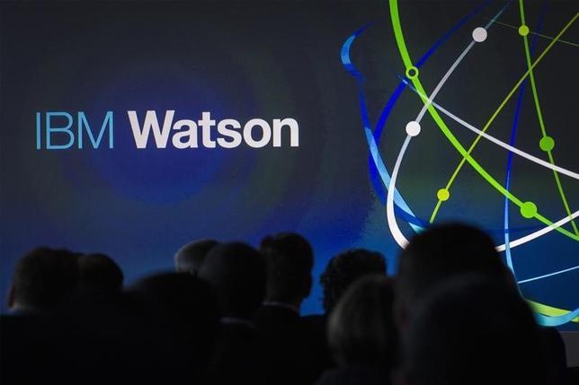 9月29日、米IBMは金融機関に規制関係の助言を行うコンサルタント会社、プロモントリー・ファイナンシャル・グループを買収すると発表。IBMの人工知能「ワトソン」が、一種のスーパー金融監督当局と化すことになる。写真はワトソンのイベント会場。NY市で2014年1月撮影(2016年 ロイター/Brendan McDermid)