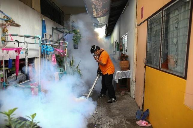 9月30日、米疾病対策センターは、東南アジア11カ国でジカ熱感染のリスクが発生しているとして、妊婦は不要の渡航を見送るよう勧告した。写真はタイ・バンコクのバンコク大学で薬を散布する市職員。13日撮影(2016年 ロイター/Athit Perawongmetha)