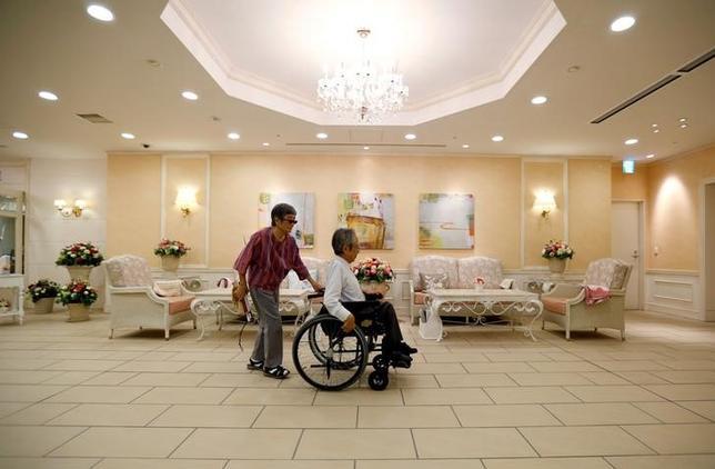 9月30日、安倍晋三政権の「看板政策」である「一億総活躍プラン」で介護施設の増強を掲げたが、「介護離職者ゼロ」の目標には様々な障害が立ちふさがっている。写真はオリックス・リビングが運営する都内の有料老人ホーム、16日撮影(2016年 ロイター/Toru Hanai)
