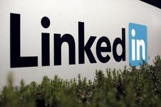 La compañía estadounidense de software Salesforce instó a última hora del jueves a que los reguladores de la UE investiguen asuntos de competencia relacionados con una oferta de Microsoft de 26.000 millones de dólares por la red social LinkedIn. En la imagen, el logotipo de LinkedIn en Mountain View, California, EEUU, el 6 de febrero de 2013.   REUTERS/Robert Galbraith/File Photo