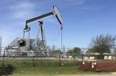 Una unidad de bombeo de crudo en Velma, EEUU, abr 7, 2016. Los precios del petróleo caían el viernes por la fortaleza del dólar y una toma de ganancias de inversores tras el avance del 6 por ciento después de que los miembros de la OPEP acordaron reducir la producción para frenar dos años de descenso en los valores.  REUTERS/Luc Cohen