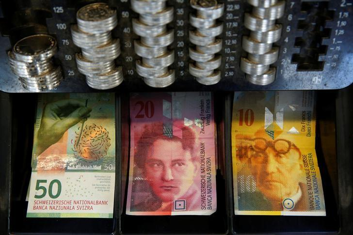 The new 50 Swiss Franc note is seen at a market stall after its release by the Swiss National Bank (SNB) in Bern, Switzerland April 12, 2016.  REUTERS/Ruben Sprich/File Photo