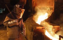 Un trabajador monitorea un proceso dentro de la planta de refinación de cobre de Codelco en Ventanas, Chile. 7 de enero de  2015. La producción de cobre en Chile anotó un alza interanual del 3,1 por ciento en agosto, ante una baja base de comparación por mantenciones realizadas en el mismo mes del 2015 y el aporte de nuevas faenas, dijo el viernes una agencia gubernamental. REUTERS/Rodrigo Garrido