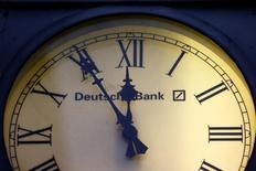 Часы с логотипом Deutsche Bank у входа в его отделение в Висбадене, Германия, 28 января 2015 года. Глава Deutsche Джон Крайан в пятницу попытался вселить персоналу уверенность после того, как акции крупнейшего кредитора Германии рухнули до исторического минимума на фоне возобновившихся опасений по поводу его стабильности. REUTERS/Kai Pfaffenbach/File Photo