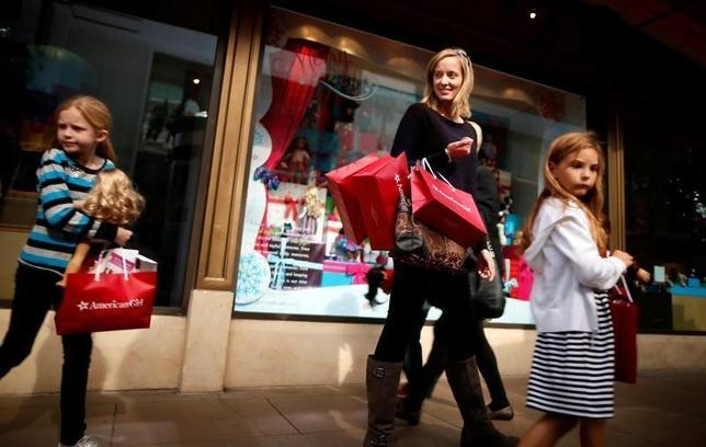 9月30日、8月の米個人消費支出は前月比0.1%減となった。写真はロサンゼルスのショッピングモールの買い物客。2013年11月撮影。(2016年 ロイター/Lucy Nicholson)
