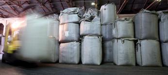 Un trabajador transporta sacos de café para exportar, en un almacén en Santos, Brasil. 12 de diciembre de 2015. Las exportaciones mundiales de café aumentaron un 9,5 por ciento en agosto, frente al mismo mes del año pasado, y totalizaron 9,76 millones de bolsas de 60 kilos, dijo el viernes la Organización Internacional del Café (OIC). REUTERS/Paulo Whitaker