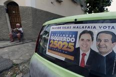 Cartaz eleitoral com apoio de pastor evangélico a candidato a vereador em carro no Rio de Janeiro 29/09/2016 REUTERS/Sergio Moraes