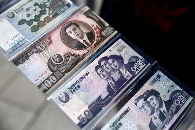 9月29日、核実験を強行した北朝鮮に対し、米国をはじめとする国々が新たな制裁措置を検討するなか、一部の脱北者は、未発達な同国市場経済に投資することで、内側からの体制変化を促すことが可能だと考えている。写真は中国遼寧省丹東市の土産店で北朝鮮紙幣として飾られたお札。11日撮影(2016年 ロイター/Thomas Peter)