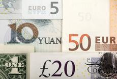 Arreglo de varias divisas, entre ellas el yuan chino, el dólar estadounidense, el euro y la libra británica. Fotografía ilustrativa tomada el 25 de enero de 2011. El yuan chino entró el sábado a la canasta de monedas de reserva del Fondo Monetario Internacional, en un hito para la campaña de Pekín por reconocimiento como potencia económica global. REUTERS/Kacper Pempel/Illustration/File Photo