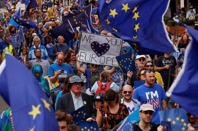 9月28日、EUについて語られる語彙には、すでに聞き苦しい言葉やフレーズがあふれているが、新たに「国民投票恐怖症」という造語をそのなかに加える必要があるだろう。写真は、英国のEU離脱が決まった先の国民投票の結果に反対するデモに参加する人たち。ロンドンで3日撮影(201年 ロイター/Luke MacGregor)