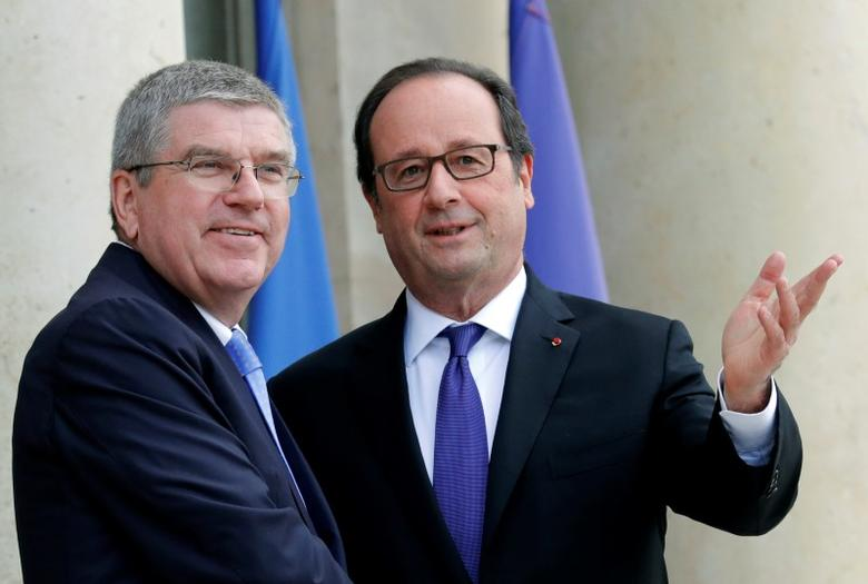French President Francois Hollande meets International Olympic Committee (IOC) President Thomas Bach at the Elysee Palace in Paris, France, during a visit to the Paris 2024 Olympic Games organising committee, October 2, 2016. REUTERS/Philippe Wojazer - RTSQDVF