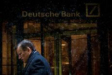 L'ombre de Deutsche Bank devrait encore planer au-dessus des marchés actions mondiaux cette semaine, au cours de laquelle la première banque allemande pourrait apprendre quelle somme elle devra verser au gouvernement américain pour régler un litige lie à la vente de titres adossés à des créances hypothécaires. /Photo d'archives /REUTERS/Brendan McDermid
