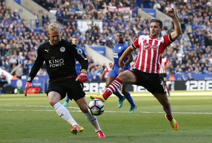 Britain Soccer Football - Leicester City v Southampton - Premier League - King Power Stadium - 2/10/16Southampton's Shane Long in action with Leicester City's Kasper Schmeichel Action Images via Reuters / Andrew BoyersLivepic/REUTERS