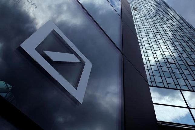 9月30日、イタリアに対し、経営難の銀行救済をめぐり公的支援をしないよう手厳しい注文を付けていたドイツ。しかしドイツ銀行の経営不安が表面化したことで、しっぺ返しをくらいかねない状況となっている。フランクフルトのドイツ銀本店で2015年6月撮影(2016年 ロイター/Ralph Orlowski/File Photo)
