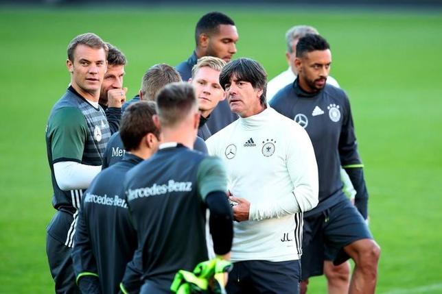 10月2日、サッカーのドイツ代表を率いるヨアキム・レーウ監督(写真中央右)は、W杯の出場枠拡大に否定的な見解を示した。オスロで9月撮影(2016年 ロイター/NTB Scanpix/Hakon Mosvold Larsen)
