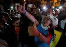 Противники мирного соглашения в Колумбии отмечают победу на референдуме. Колумбийцы отказались заключать мирное соглашение с повстанцами-марксистами на референдуме в воскресенье, возвращая страну в состояние неопределённости и перечеркнув мечту президента страны Хуана Мануэля Сантоса об окончании 52-летней войны. REUTERS/John Vizcaino
