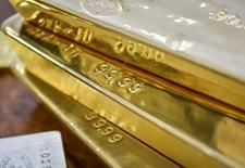 """Barras de oro almacenadas en el Banco Nacional de Kazajistán en Almaty, sep 30, 2016. Los precios del oro se mantenían mayormente estables el lunes tras la decisión de Reino Unido de fijar un plazo para el inicio de su separación definitiva de la Unión Europea y subían sólo levemente, mientras los inversores esperaban medir algún impacto concreto del """"Brexit"""".   REUTERS/Mariya Gordeyeva"""