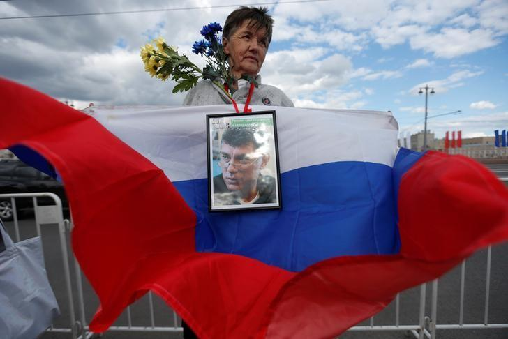An opposition supporter pickets at the site of Russian opposition politician Boris Nemtsov's murder in central Moscow, Russia, June 13, 2016. REUTERS/Maxim Zmeyev/Files