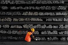 Funcionário marcando barras de ferro e aço em fábrica em Huai'an, China.   18/02/2008      REUTERS/Patty Chen/File Photo