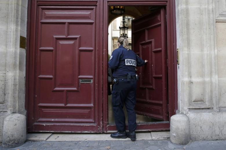 A police officer stands guard at the entrance of a luxury residence on the Rue Tronchet in central Paris, France, October 3, 2016 where masked men robbed U.S. reality TV star Kim Kardashian West at gunpoint early on Monday, stealing jewellery worth millions of dollars, police and her publicist said.   REUTERS/Gonzalo Fuentes  TPX IMAGES OF THE DAY