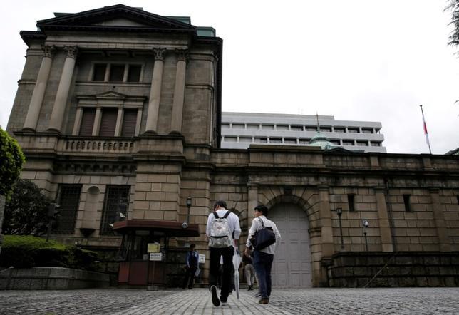 10月3日、日銀が9月の金融政策決定会合で打ち出した長短金利操作付き量的・質的金融緩和について市場では、金融機関などに対するマイナス金利の副作用や、国債買い入れの限界などに配慮した枠組み変更だとして、追加緩和に懐疑的な見方もある。写真は日銀本店。9月撮影(2016年 ロイター/Toru Hanai)