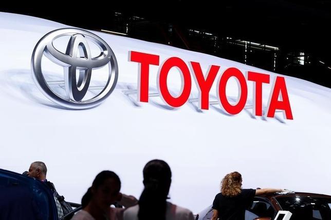 10月4日、トヨタ自動車とダイハツ工業は、新興国市場での小型車開発に向けて2017年1月をめどに両社にまたがる社内カンパニーを設置すると発表した。写真はトヨタのロゴ。パリで9月撮影(2016年 ロイター/Benoit Tessier)