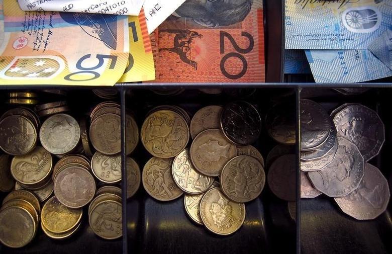 2016年2月11日,悉尼一家商店收银机内的澳元纸币和硬币。REUTERS/David Gray