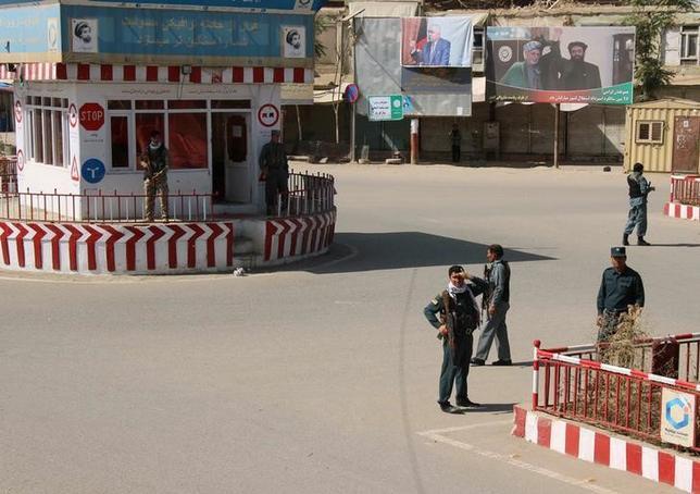 Afghan policemen keep watch at the downtown of Kunduz city, Afghanistan October 3, 2016.REUTERS/Nasir Wakif