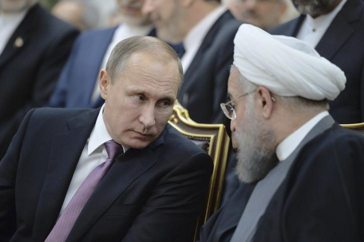 Russian President Vladimir Putin (L) speaks with his Iranian counterpart Hassan Rouhani during a signing ceremony after the talks in Tehran, Iran, November 23, 2015. Picture taken November 23, 2015. REUTERS/Alexei Druzhinin/Sputnik/Kremlin