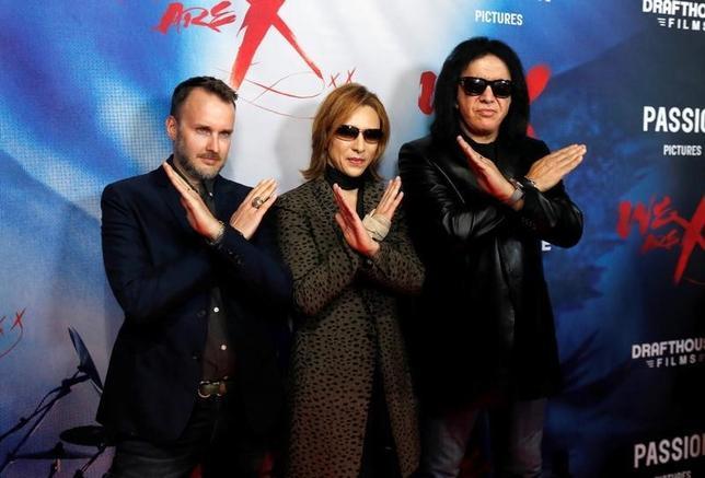 10月3日、米ハリウッドで、ロックバンド「X JAPAN」のドキュメンタリー映画「We Are X(原題)」のプレミア上映会が開かれた。写真は左からスティーブン・キジャック監督、YOSHIKI 、「KISS」メンバーのジーン・シモンズ(2016年 ロイター/Mario Anzuoni)