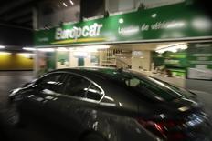 Europcar vise plus de trois milliards d'euros de chiffre d'affaires à l'horizon de 2020. Le groupe a dans le même temps confirmé ses objectifs financiers pour l'année en cours. /Photo d'archives/REUTERS/Philippe Wojazer
