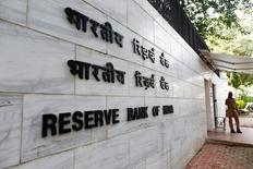 Полицейский охраняет вход в здание Резервного банка Индии в Мумбаи. 9 августа 2016 года. Новый Комитет по денежно-кредитной политике Индии неожиданно снизил ключевую ставку до 6,25 процента во вторник, в ходе первого заседания для главы регулятора Урджита Пателя, назначенного на пост в сентябре. REUTERS/Danish Siddiqui