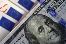 Банкноты доллара США и евро. София, 12 марта 2015. Минфин РФ в сентябре не проводил новых конвертаций средств Резервного фонда для покрытия бюджетного дефицита после того, как в августе для этих целей обменял валюту на 390 миллиардов рублей на своих счетах в Центробанке. REUTERS/Stoyan Nenov
