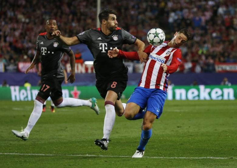 Soccer Football - Atletico Madrid v Bayern Munich - UEFA Champions League Group Stage - Group D - Vicente Calderon, Madrid, Spain - 28/9/16Bayern Munich's Javi Martinez in action with Atletico Madrid's Fernando TorresReuters / Sergio Perez