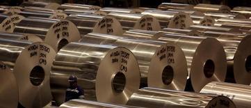 Bobinas de aluminio en la fábrica de Noveli, en Pindamonhangaba, Brasil. 19 de junio de 2015. La producción industrial en Brasil cayó un 3,8 por ciento en agosto frente a julio, dijo el martes el estatal Instituto Brasileño de Geografía y Estadística (IBGE). 19 de junio de 2015. REUTERS/Paulo Whitaker