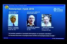 Imagem com fotos e nomes dos vencedores do Nobel de Física visto durante conferência em Estocolmo.     04/10/2016         TT News Agency/Anders Wiklund/via REUTERS