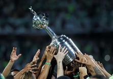 Jogadores do Atlético Nacional, da Colômbia, levantam troféu da Copa Libertadores 27/07/2016 REUTERS/Fredy Builes