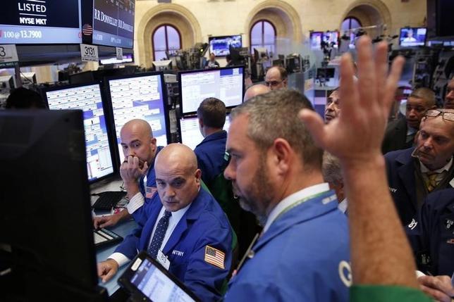 10月4日、米国株式市場は続落。英国の欧州連合(EU)離脱に伴う影響や年内の米利上げをめぐる懸念が強まっている。ニューヨーク証券取引所で3日撮影(2016年 ロイター/Lucas Jackson)