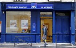 Axa, à suivre mercredi à la Bourse de Paris, est en tête du CAC 40 avec un gain de 1,9%, le secteur financier profitant d'une information de presse selon laquelle la BCE pourrait ralentir son programme de rachat d'actifs, ce qui soulage les valeurs bancaires. L'indice vedette parisien recule de 0,66% à 4.473,34 points. /Photo prise le 4 août 2016/REUTERS/Jacky Naegelen