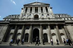 """La sede del Banco de Inglaterra en Londres, mayo 15, 2014. El Banco de Inglaterra, que dijo hace unas semanas que podría recortar de nuevo su tasa de interés el mes próximo, quedó en la mira por sus negativas estimaciones sobre el impacto que tendría el """"Brexit"""" en la economía de Reino Unido, ante las señales de que la actividad parece no haber sido tan afectada como fue previsto.    REUTERS/Luke MacGregor/File Photo"""