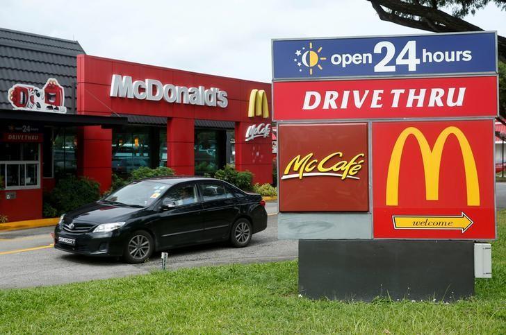 A car passes a McDonald's drive through restaurant in Singapore July 25, 2016.  REUTERS/Edgar Su/File Photo