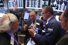 Operadores trabajando en el parqué de la bolsa de Wall Street en Nueva York, oct 3, 2016. Las acciones estadounidenses subían el miércoles por primera vez en tres sesiones, gracias al empuje de los sectores financiero y de energía.   REUTERS/Lucas Jackson