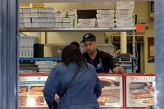 Un cliente realizando un pedido en un restaurante de la cadena de pizzerías Domino's Pizza en Nueva York, mayo 25, 2016. La actividad del sector de servicios en Estados Unidos repuntó a un máximo de 11 meses en septiembre, una señal alentadora para el crecimiento económico que podría aumentar la posibilidad de un alza de las tasas de interés por parte de la Reserva Federal este año.   REUTERS/Brendan McDermid