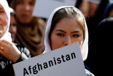 Участница уличной акции афганской диаспоры в столице Бельгии, где прошла посвященная Афганистану конференция стран-доноров. Десятки стран планеты собрали $15 миллиардов в помощь Афганистану на ближайшие четыре года. Брюссель, 5 октября 2016 года. REUTERS/Francois Lenoir
