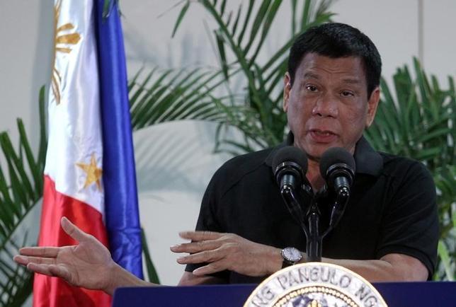 10月3日、米当局者は、フィリピンのドゥテルテ大統領(写真)の「暴言」を受け流そうと努力しており、同大統領が発言を実行に移し、軍事協力を減らそうとはしていないことに安堵している。ダバオ市で9月撮影(2016年 ロイター/Lean Daval Jr)