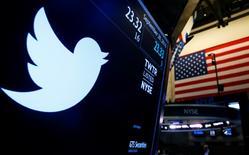 Google (groupe Alphabet) ne soumettra pas d'offre pour racheter Twitter, a rapporté mercredi soir le site Recode, une information qui a fait chuter de 9% le titre du site de micro-blogging dans les transactions électroniques à Wall Street. /Photo prise le 28 septembre 2016/REUTERS/Brendan McDermid